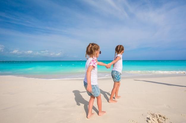 熱帯のビーチでの休暇中に楽しんでいる女の子