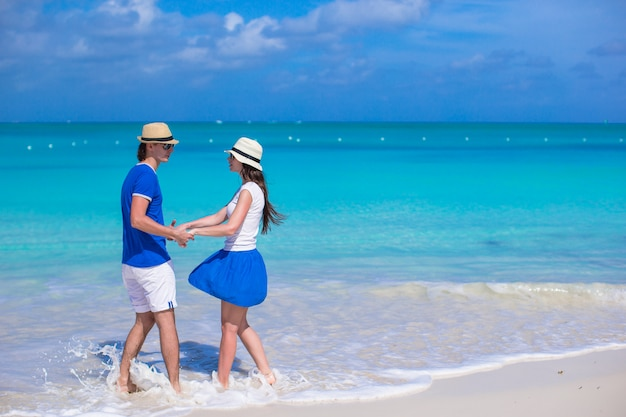 若い幸せなカップルは、夏休みに楽しい時を過す