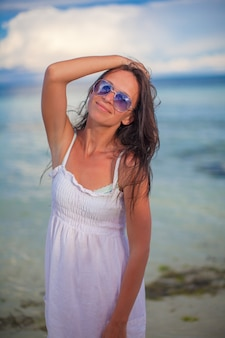 ビーチに立って、楽しんで美しい少女