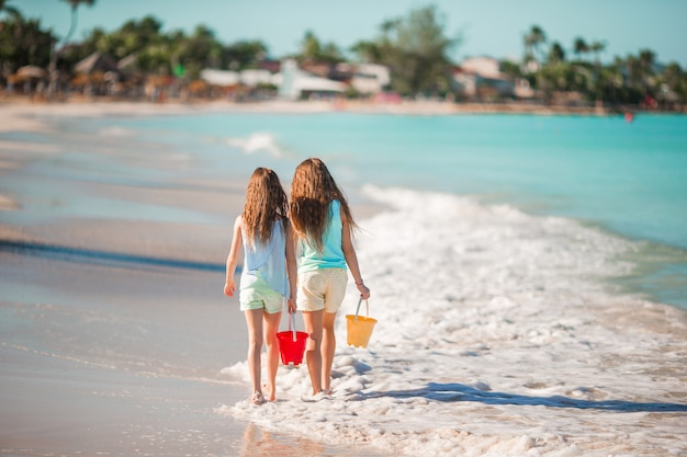 夏休みの間にビーチで愛らしい妹