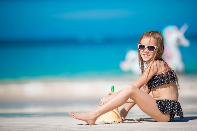 熱帯のビーチで水着のかわいい女の子