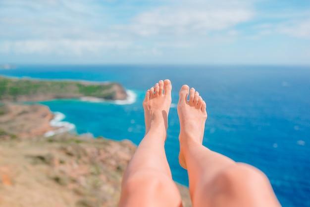 有名な場所で白い砂浜で女性の足
