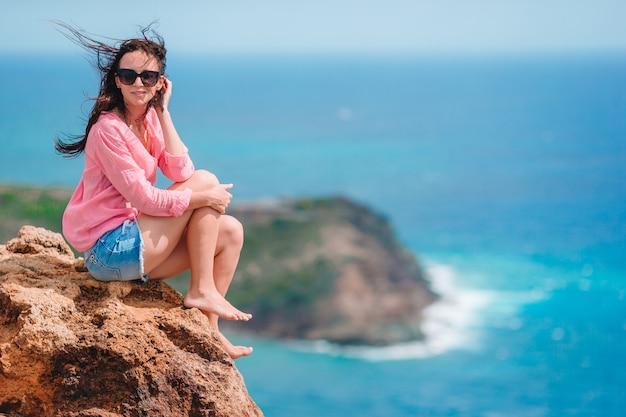 美しい風景の息をのむような景色を楽しむ若い女性