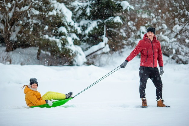 屋外でクリスマスイブに父と子供の休暇の家族