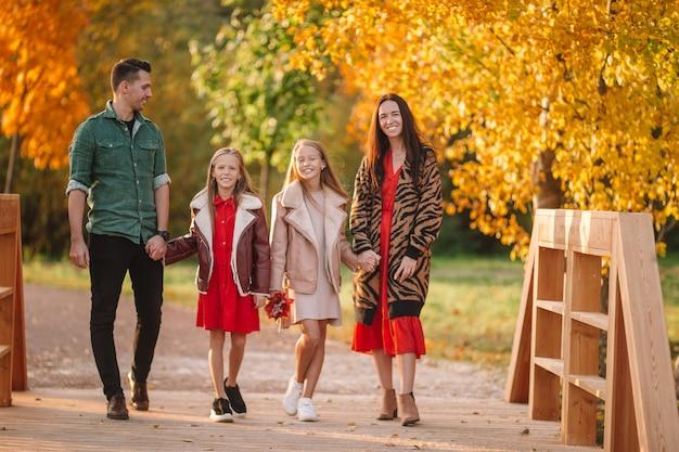 Портрет счастливой семьи из четырех человек в осенний день