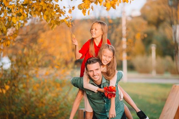 お父さんと公園の美しい秋の日に子供たちの家族
