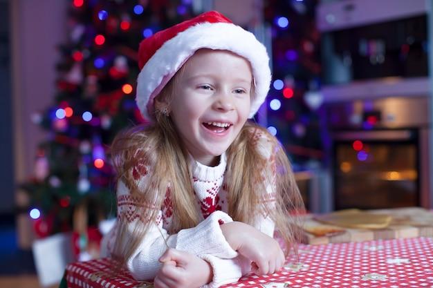 クリスマスのジンジャーブレッドクッキーを焼くのかわいい女の子