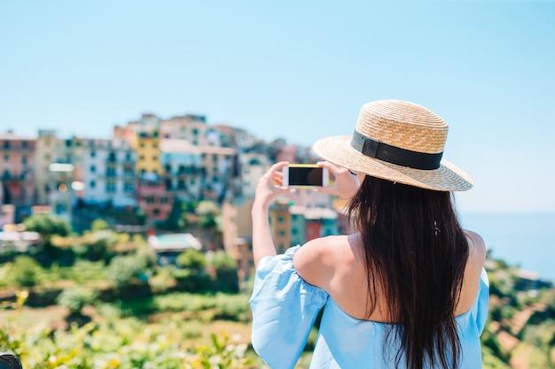 Турист, глядя на живописный вид вернацца, чинкве-терре, лигурия, италия