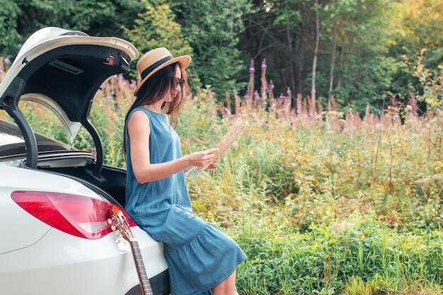 夏休みを楽しんでいる若い女性観光客
