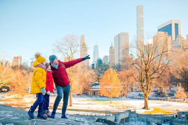 Семья отца и детей в центральном парке во время отпуска в нью-йорке