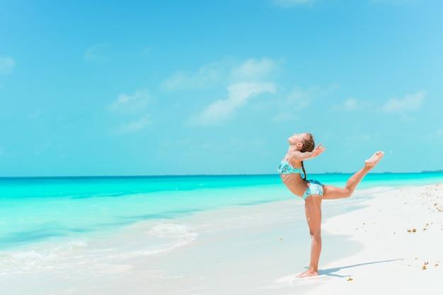 夏休みの間にビーチで愛らしいアクティブな少女