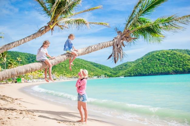 熱帯のビーチでの休暇に幸せな美しい家族
