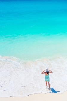 白いビーチ、トップビューで水着の若い幸せな女