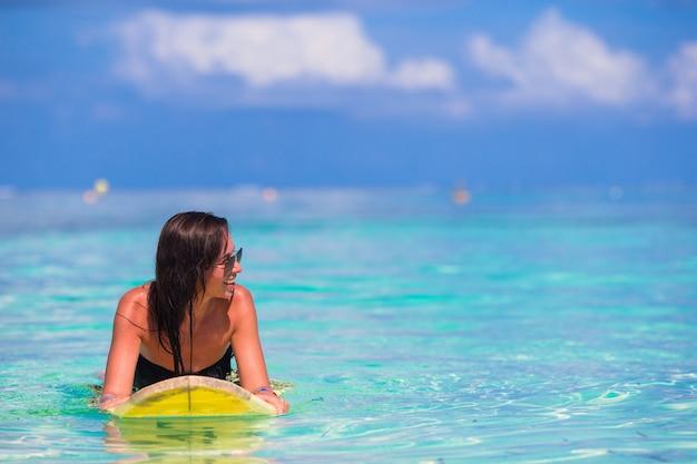 夏休み中にサーフィン美しいサーファー女性