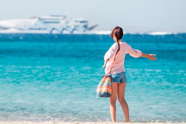 ビーチで若い女の子