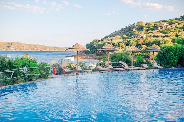 Красивый роскошный пейзаж вокруг бассейна в отеле-курорте