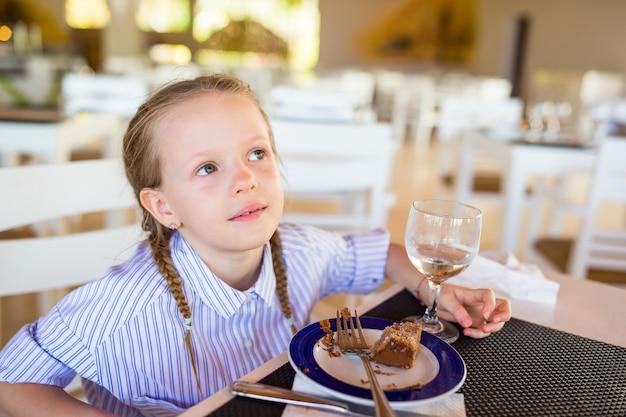 リゾートのレストランで朝食を食べたのかわいい女の子