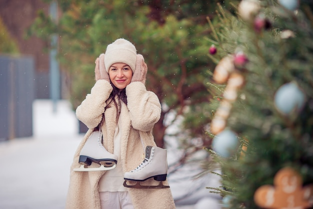 屋外スケートリンクでスケート少女の笑顔