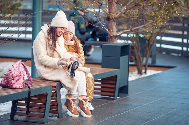 Семейный зимний спорт. мать и дочь на зимний день