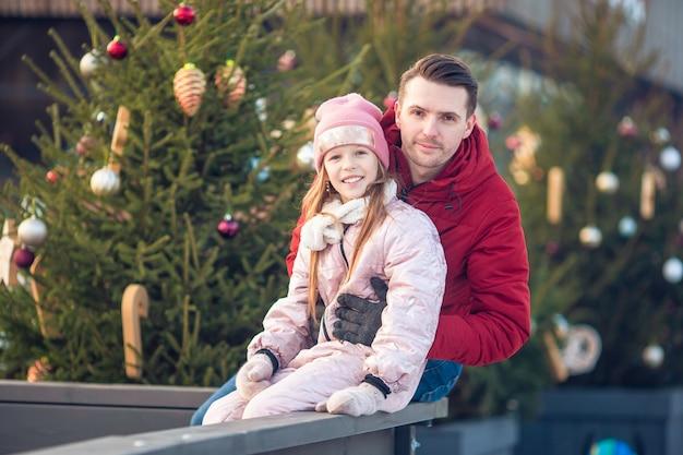 Семейный зимний спорт. отец и дочь в зимний день