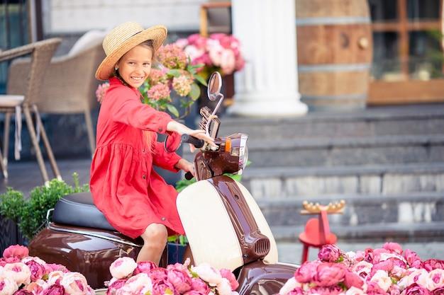 原付け屋外の帽子のかわいい女の子