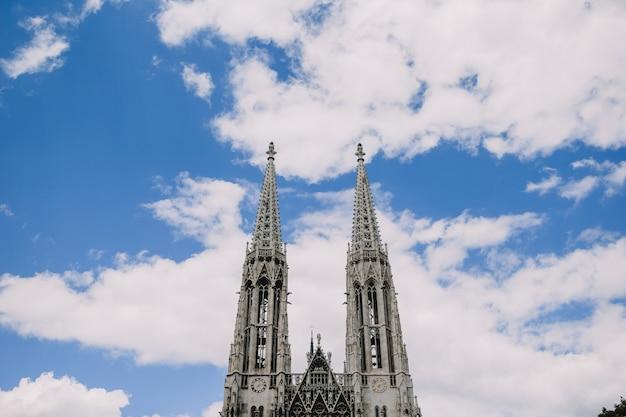 青い空を背景のヴォティーフ教会奉納教会