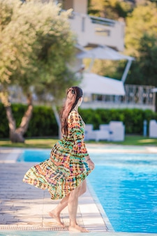 Женщина отдыхает у бассейна в роскошном отеле
