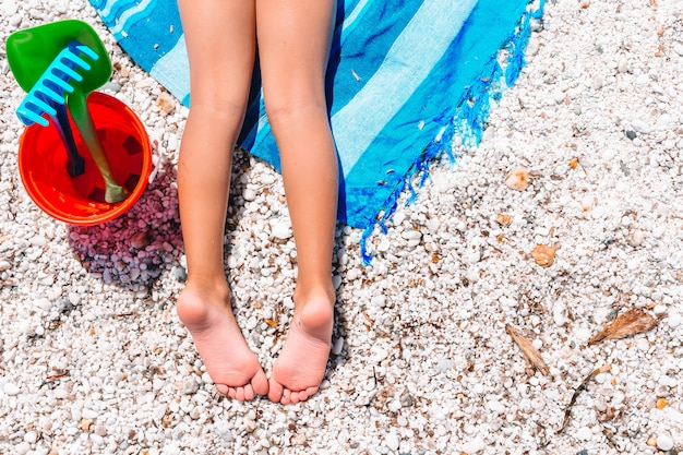 Маленькая прелестная девушка ноги