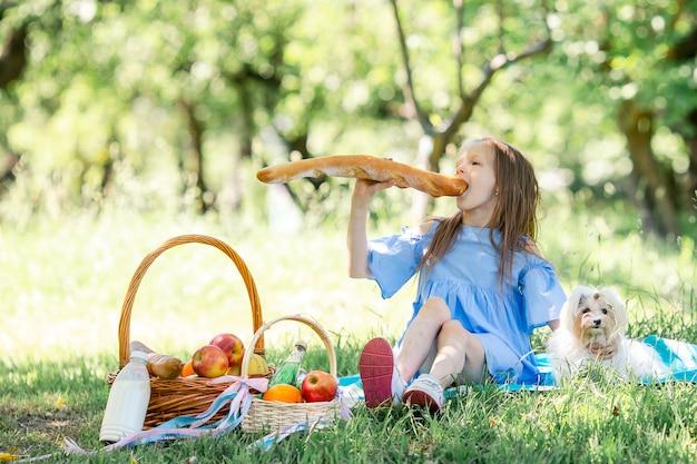 公園でピクニックに大きなパンと小さな子供