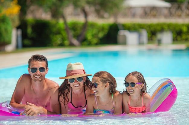 スイミングプールで幸せな家族