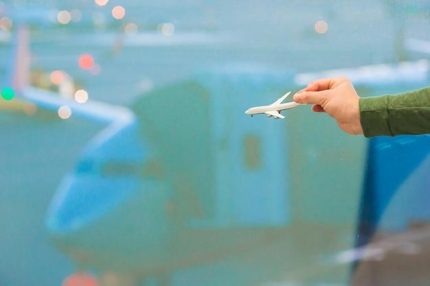 飛行機モデルを持っている手を閉じる