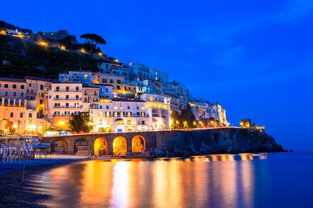 イタリア - アマルフィ海岸の風光明媚なアマルフィの美しい海岸沿い町
