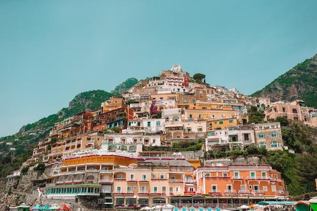 イタリア - アマルフィ海岸の風光明媚なポジターノの美しい海岸沿い町