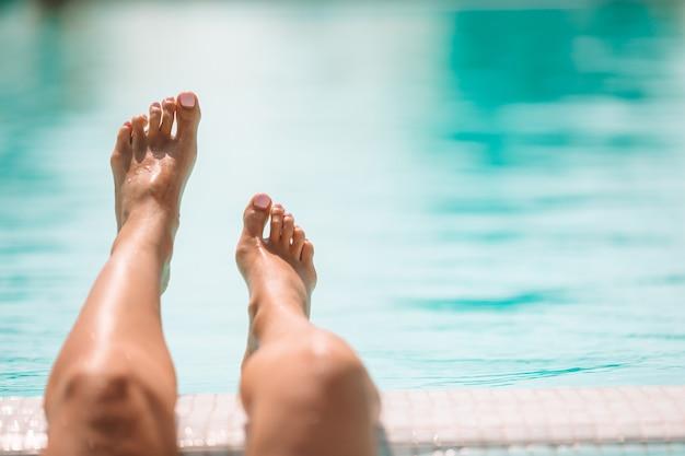 Женские ноги в бассейне