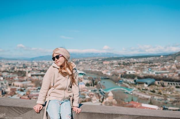 トビリシ市のパノラマ。旧市街、新しいサマーライクパーク、クラ川、ヨーロピアンスクエア、平和の橋