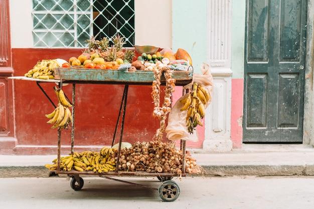路上の果物と野菜の小さなカート