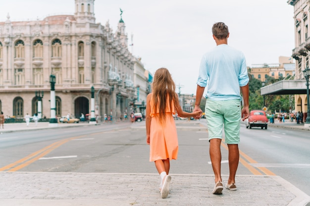 Туристическая семья в популярном районе в гаване, куба.