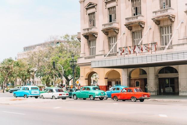 Подлинный вид на улицу старой гаваны со старыми зданиями и автомобилями