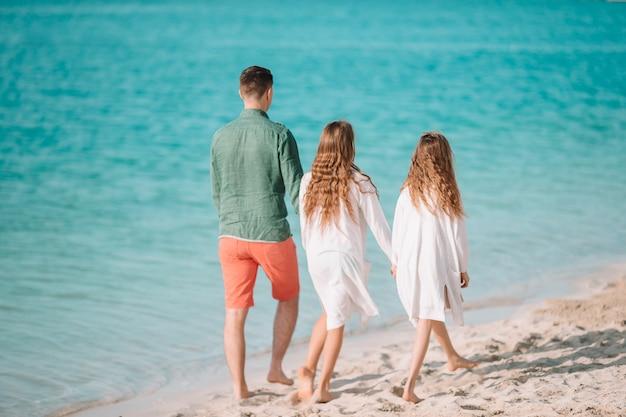 父とビーチで小さな子供たち