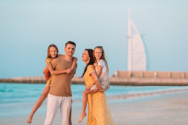 Счастливая семья на пляже во время летних каникул