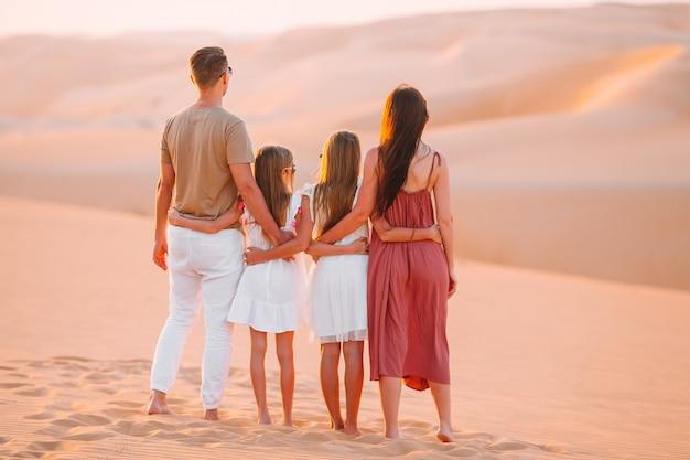Люди среди дюн в пустыне руб аль-хали в объединенных арабских эмиратах