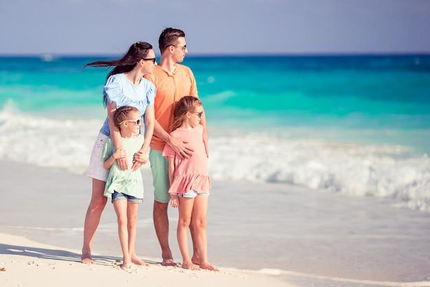 ビーチで子供たちと一緒に幸せな家族