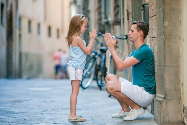 幸せな父と夏のイタリアの休暇中にローマのかわいい女の子
