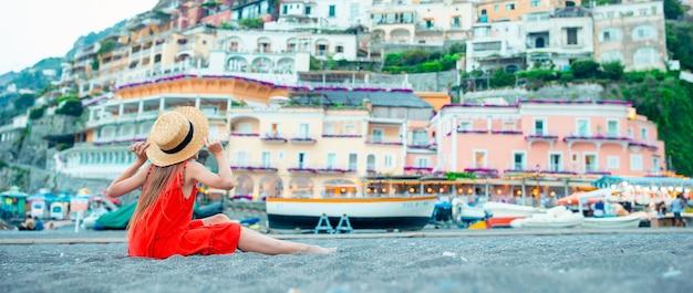 イタリアのポジターノの町で暖かく晴れた夏の日のかわいい女の子