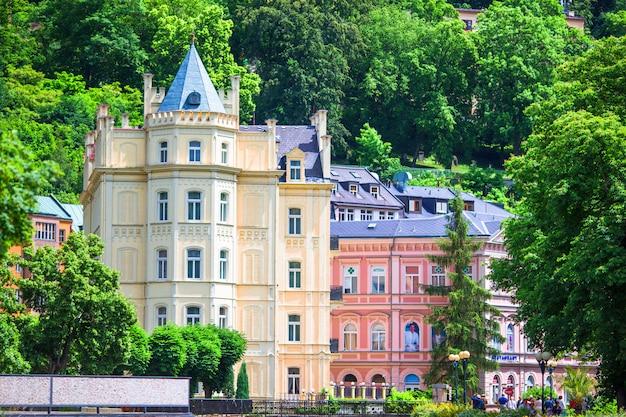 カラフルなホテルとカルロヴィヴァリの日当たりの良い町の伝統的な建物。