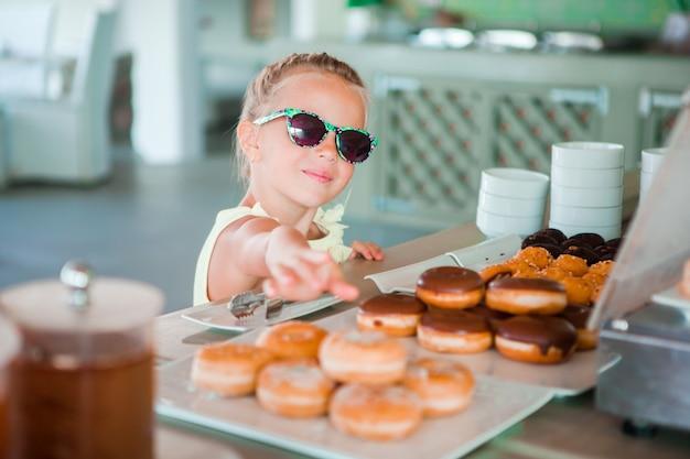 早朝にカフェで朝食を食べたのかわいい女の子