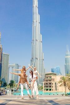 Счастливая семья гуляет в дубае с небоскребами