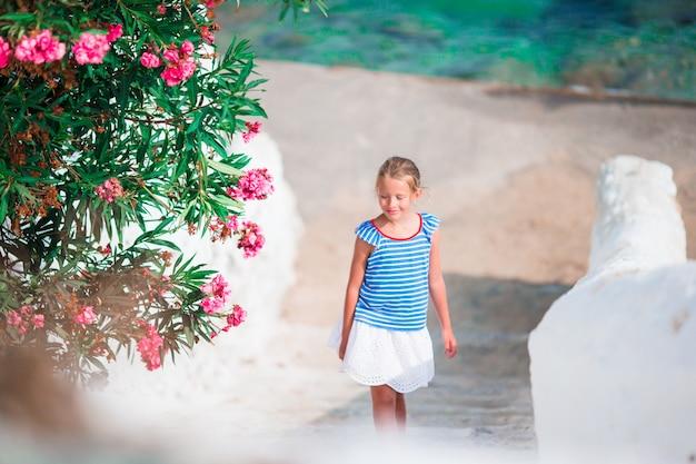 Малыш на улице типичной греческой традиционной деревни