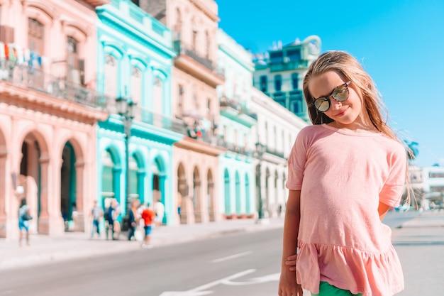 Туристическая девушка в популярном районе в гаване, куба. молодой парень путешественник улыбается