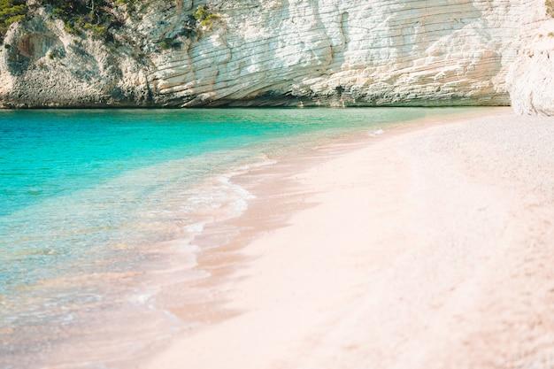 Потрясающий красивый великолепный вид на тропический белый пляж и море в солнечный летний день